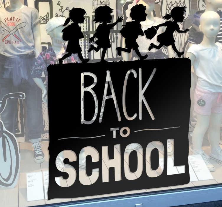TenStickers. Muursticker Back to School kinderen. Muursticker met een vierkant met daarin de tekst ¨Back to School¨ en hierboven op vier kinderen met schooltassen en al.