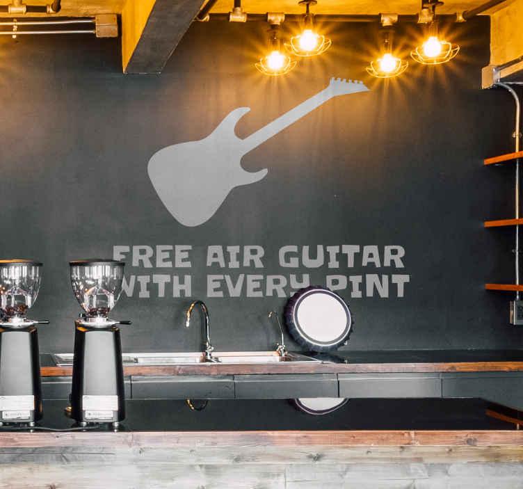TenStickers. Muursticker Air Guitar with every Pint. Muursticker met een afbeelding van een gitaar met daaronder de Engelse tekst ¨Free Air Guitar with every Pint¨.