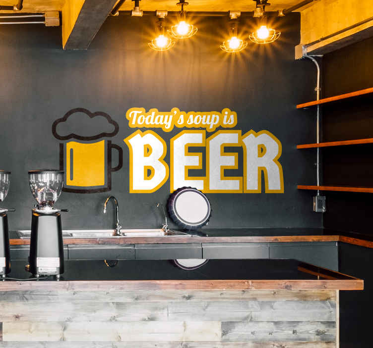 TenStickers. Muursticker Today´s soup is Beer. Muursticker bedrukt met de tekst ¨Today´s soup is Beer¨ met daarnaast een pul bier, een mooie sticker voor een vloeibaar diner.
