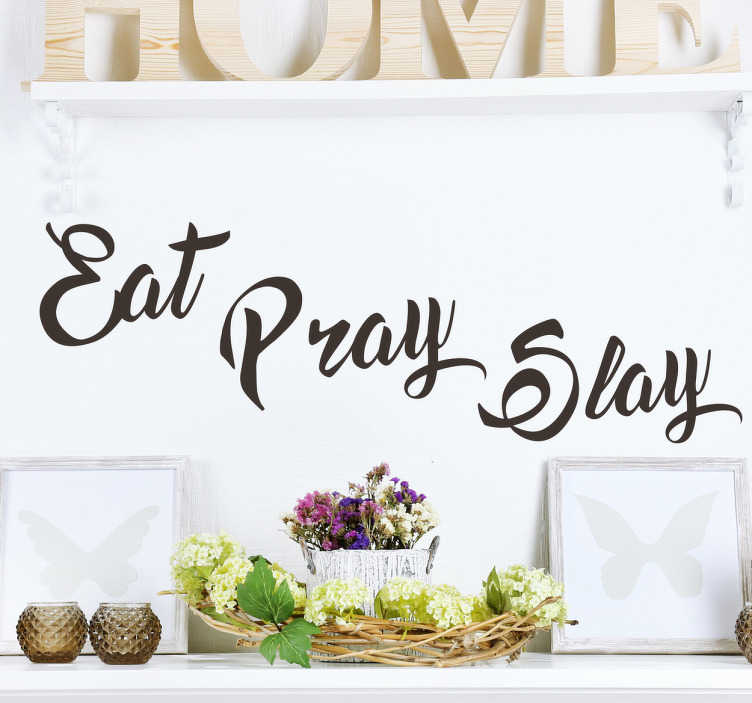 "TenStickers. Sticker tekst Eat Pray Slay. Muursticker bedrukt met de tekst ""Eat Pray Slay"", leuk voor iedereen wie volgens deze motto leeft. Kleur en formaat aanapsbaar. Eenvoudig aan te brengen."
