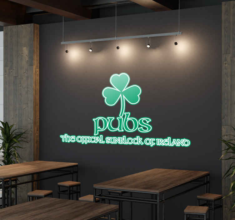 TenStickers. Naklejka Pubs Ireland. Naklejka dekoracyjna prezentująca koniczynę ,która jest symbolem Irlandii wraz z tekstem w języku angielskim 'Pubs,the official sunblock of Ireland'.
