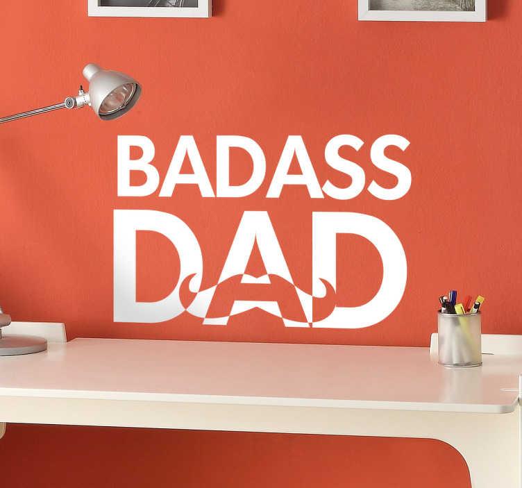 TenStickers. Naklejka na ścianę do sypialni Badass Dad. Naklejka na ścianę prezentująca napis w języku angielskim ' BADASS DAD'. Sprawdź nasze naklejki napisy na ścianę w różnych kolorach.