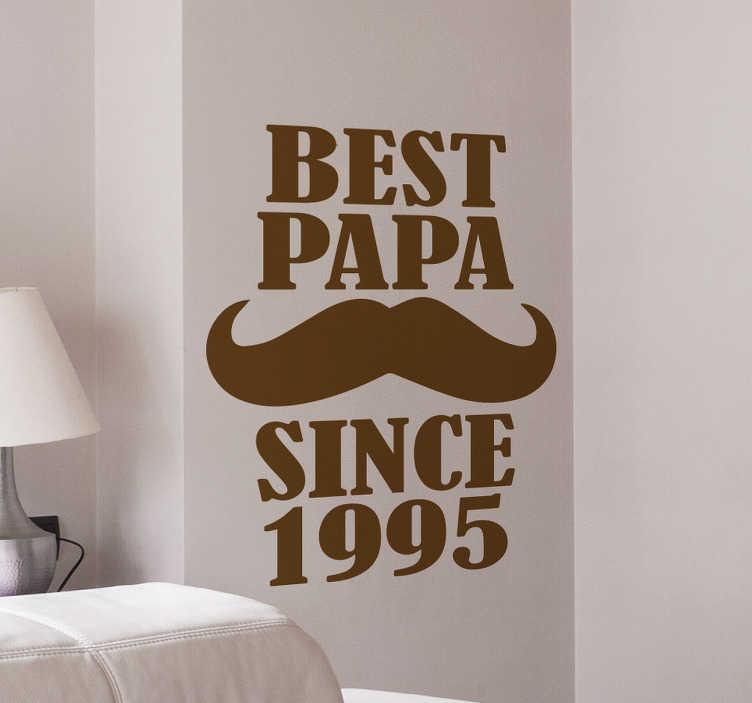 TenStickers. Muursticker personaliseerbaar best papa. Personaliseerbare Muursticker met de tekst ¨best papa¨ met hieronder een mooie snor en daaronder since een zelf te kiezen jaartal.