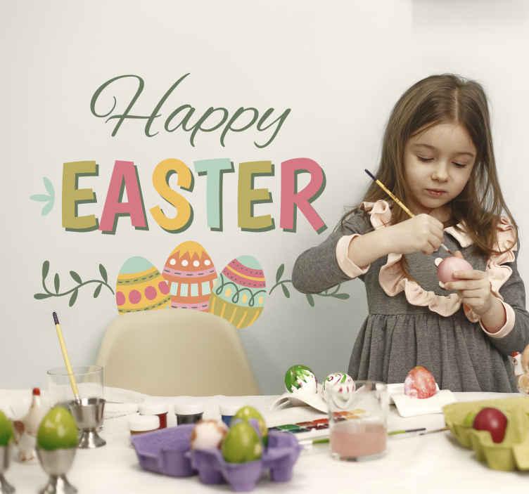 TenStickers. Sticker tekst Happy Easter met paaseieren. Tekst Sticker met de vrolijke tekst ¨Happy Easter¨ waarbij Easter bedrukt is in verschillende kleuren en hieronder drie paaseieren.