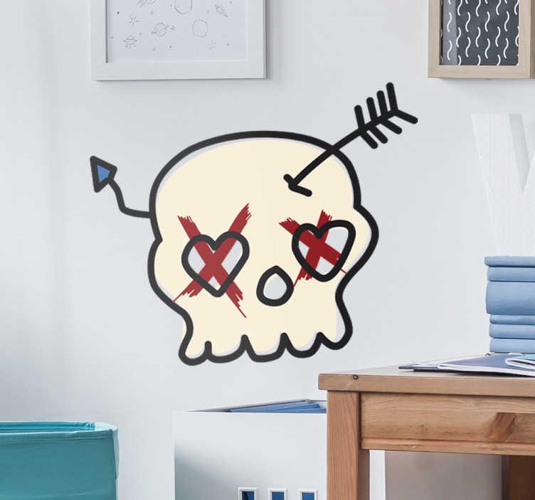 TenStickers. Aufkleber Totenkopf Amor. Dieser Aufkleber zeigt einen Totenkopf in dem ein verbogener Pfeil steckt. Der Totenkopf hat Herzaugen
