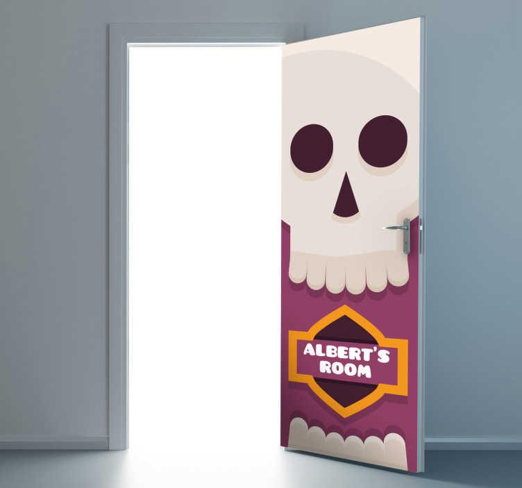 TenStickers. Türenaufkleber Totenkopf personalisierbar. Dieser Türenaufkleber zeigt einen Totenkopf unter dem der Name des Piraten gedruckt werden kann.