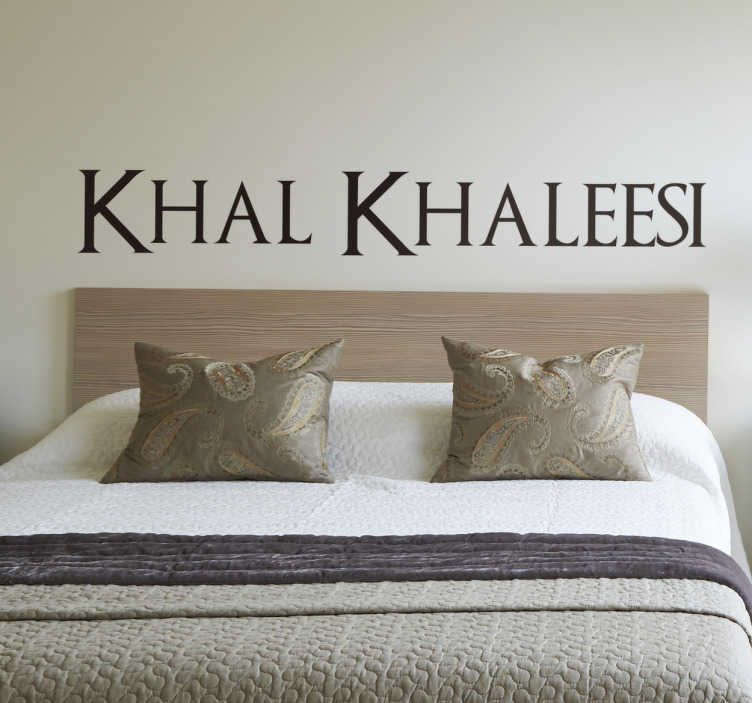 """TenStickers. Tekst sticker Khal, Khaleesi Game of Thrones. Tekst sticker met de tekst """"Khal Khaleesi"""", bekend uit de hit serie van HBO; Game of Thrones. Kleur en afmetingen aanpasbaar. Snelle klantenservice."""