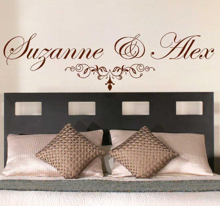 TenStickers. Sticker de noms pour tête de lit. Un autocollant mural personnalisable avec deux noms à choisir spécifiquement pour la tête d'un lit, idéal pour la chambre conjugale.