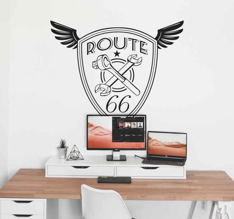 TenStickers. Wandtattoo Plakette Route 66. Dieses Wandtattoo zeigt eine Plakette mit Flügeln. In der Plakette steht Route 66 und man sieht gekreuztes Werkzeug.