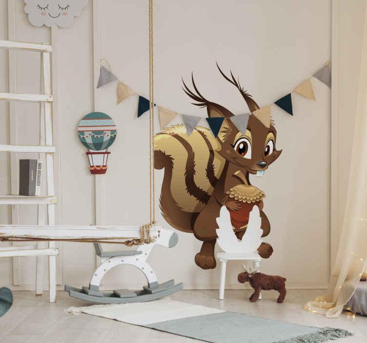TenStickers. Sticker enfant dessin écureuil. Sticker au design original et amusant d'un écureuil souriant tenant un gland dans ses mains. Parfait pour décorer la chambre de votre enfant.