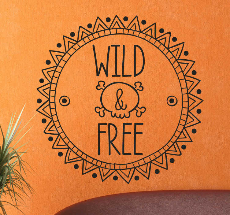 TenStickers. Wandtattoo Mandala Wild Free. Dieses Wandtattoo zeigt ein Kreis um den ein Mandala angeordnet wurde. In diesem Kreis steht Wild & Free.