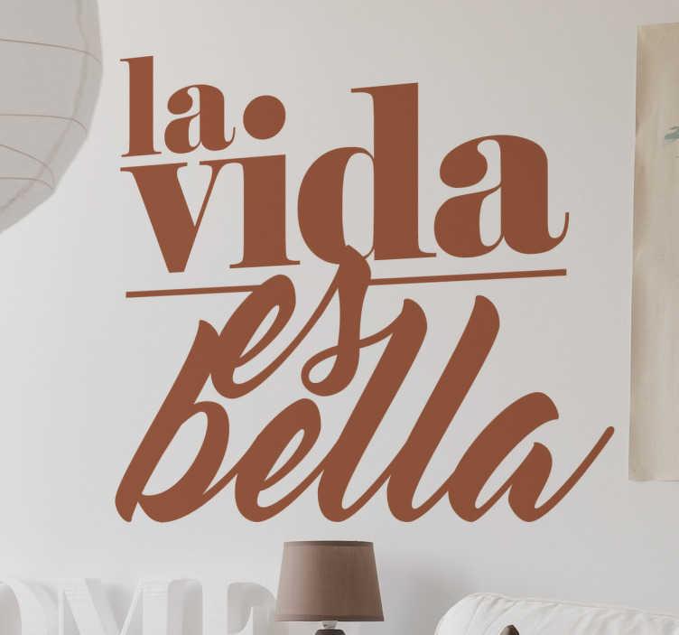 TenStickers. Dekoracja La vida es bella. Naklejka ścienna przedstawiająca tekst w języku hiszpańskim 'La vida es bella' (Życie jest piękne).
