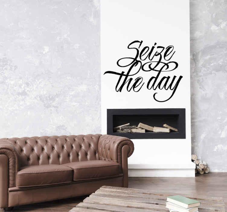 TenStickers. Muursticker tekst Seize the day. Muursticker met de tekst Seize the day, oftewel pluk de dag, ontworpen in een mooi en sierlijk font.