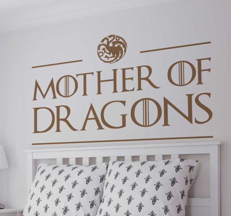"TenStickers. Adesivo Game of Thrones Mother of Dragons. Adesivo decorativo che rende omaggio alla serie tv Game of Thrones e, in particolare, alla ""Mother of dragons""."
