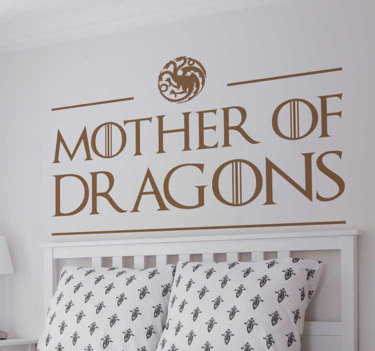 TenStickers. Dekoracja Mother Of Dragons. Naklejka na ścianę nawiązująca do serialu 'Gra o Tron'.Dekoracja prezentuje napis 'Mother of Dragons'.