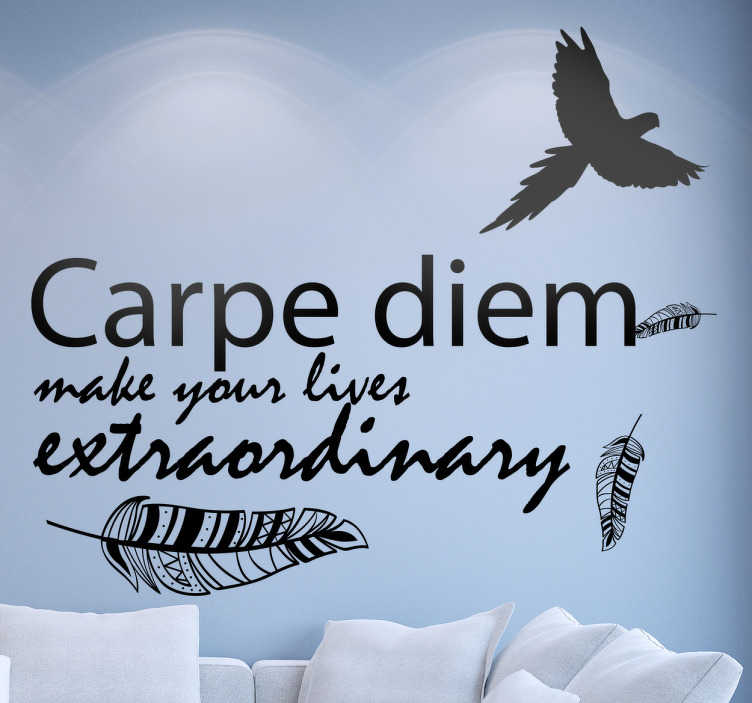 "TenStickers. Wandtattoo Carpe Diem Extraordinary. Dieses motivierende Wandtattoo zeigt den Text ""Carpe Diem - Make your lives extraordinary"". Um den Text sind Federn angeordnet."