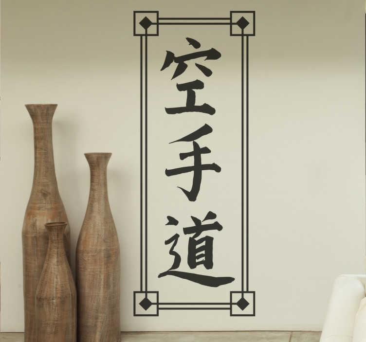 TenVinilo. Vinilo letras chinas palabra karate. Vinilos murales con diseño original en la que se dibuja con letra caligráfica china la palabra kárate.