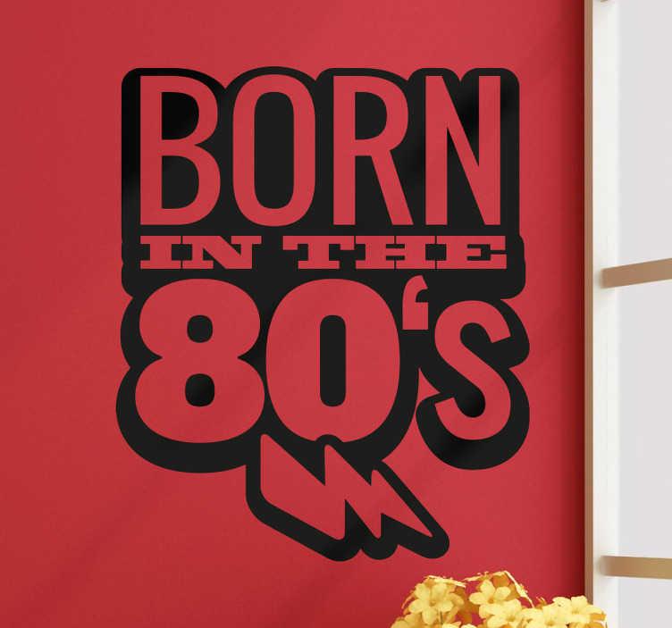 TenStickers. Naklejka ścienna Born in the 80'. Naklejka ścienna z tekstem w języku angielskim 'Born in the 80's'. Naklejki napisy na ścianę to świetny pomysł na prezent.
