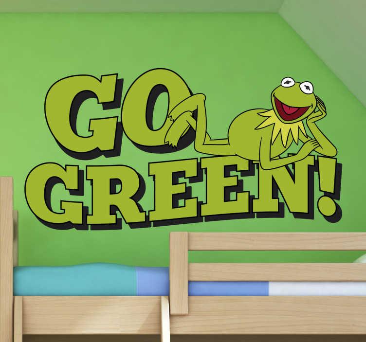 """TenStickers. Adesivo go green Sesamo apriti. Adesivo per bambini con il disegno del muppet preferito dei tuoi bambini: la Rana Gustavo sopra un testo in inglese che significa """"diventa verde"""""""