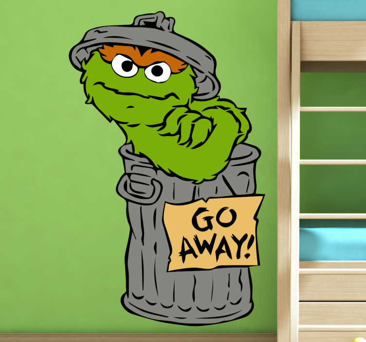 TenStickers. Muursticker Sesamstraat Oscar. Muursticker Oscar uit Sesamstraat met de tekst ´go away´! , een leuke wanddecoratie voor al de kleine Sesamstraat fans.