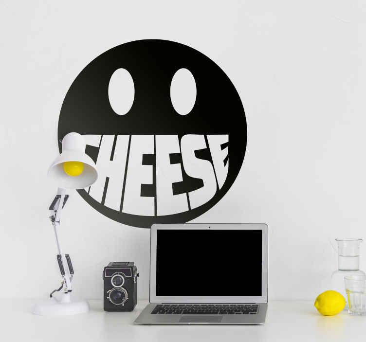 TenStickers. Sticker émoticône smiley cheese. Apportez de la bonne humeur et gaieté à la chambre de votre enfant avec ce sticker d'un smiley émoticône avec la bouche et la fameuse phrase Cheese.