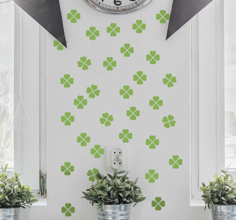 TenStickers. Wandtatoo einzelne Kleeblätter. niedliches Wandtatto mit vielen einzelnen, kleinen, grünen Kleeblättern