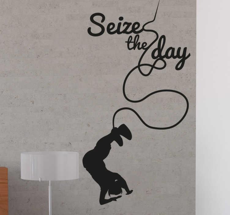 """TenStickers. Naklejka winylowa skok na bungee. Dekoracyjna naklejka winylowa przedstawiająca sylwetkę osoby wykonującej skok na bungee a nad nią napis ''Seize the day""""."""