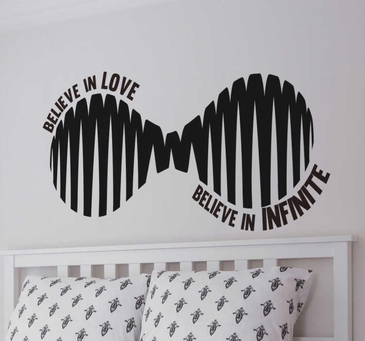 """TenStickers. Naklejka znak nieskończoności z napisem. Romantyczna dekoracja przedstawiająca zmodyfikowany znak nieskończoności z napisem """"Believe in Love, believe in infinite"""". Naklejka idealna do sypialni lub salonu!"""