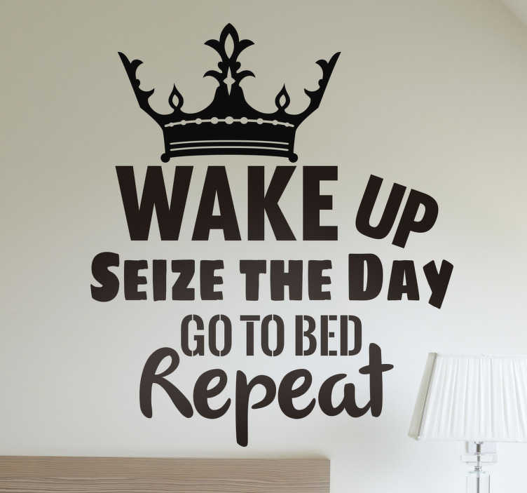 TenStickers. Muursticker wake up koning. Wake up! een leuke tekst muursticker met een kroon, en daarbij de Engelse tekst ´wake up seize the day go to bed repeat´ .