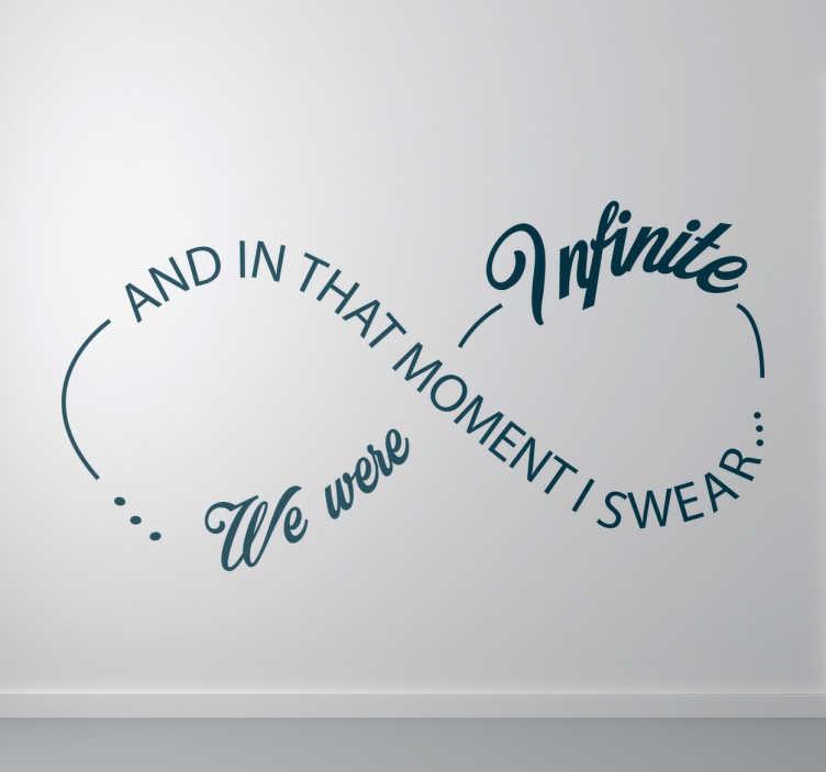 """TenStickers. Muursticker artistieke infiniete tekst. Muursticker met het symbool van oneindigheid en de tekst """"And in that moment I swear we were infinite"""". Dagelijkse kortingen."""