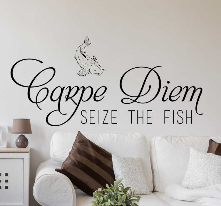TenStickers. Wandecoratie Carpe Diem vis. Deze sticker bevat de tekst Carpe Diem, seize the fish; oftewel je leeft maar een keer en maak er het besten van!
