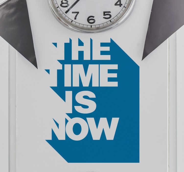"""TenStickers. Sticker the time is now. Deze muurdecoratie sticker met de tekst """"The time is now"""" is geweldig voor iedereen die nog een lege plaats onder de klok heeft. Ervaren ontwerpteam."""