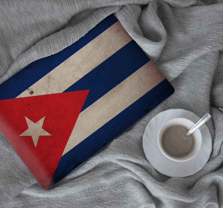 TenStickers. Laptopsticker Cuba vlag. Deze sticker voor op een laptop van een realistische Cubaanse vlag, is de perfecte oplossing om uw laptop te personaliseren.