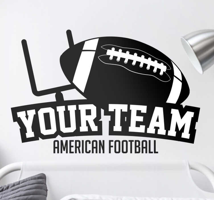 TenStickers. Muursticker football team. Deze sticker is een personaliseerbare sticker van een American football team. De decoratie bevat een American football goal en ball
