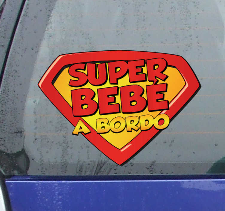 TenVinilo. Pegatina bebé a bordo superhéroe. Vinilo Superman para decorar la parte trasera tu coche con una simpática ilustración del extraterrestre con capa más famoso de todos los tiempos.