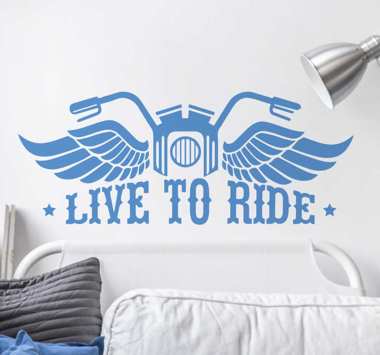 TenStickers. Naklejka motocykl live to ride. Naklejka winylowaukazująca kierownicę motocyklu ze skrzydłami a pod nią napis w języku angielskim ''Live to ride''Naklejkaświetnie przyozdobi ściany w Twoim domu czy garażu, możesz również nakleić ją na motocykl czy autoNaklejka z winyludla prawdziwych motocyklistów i fanów pięknych motorów