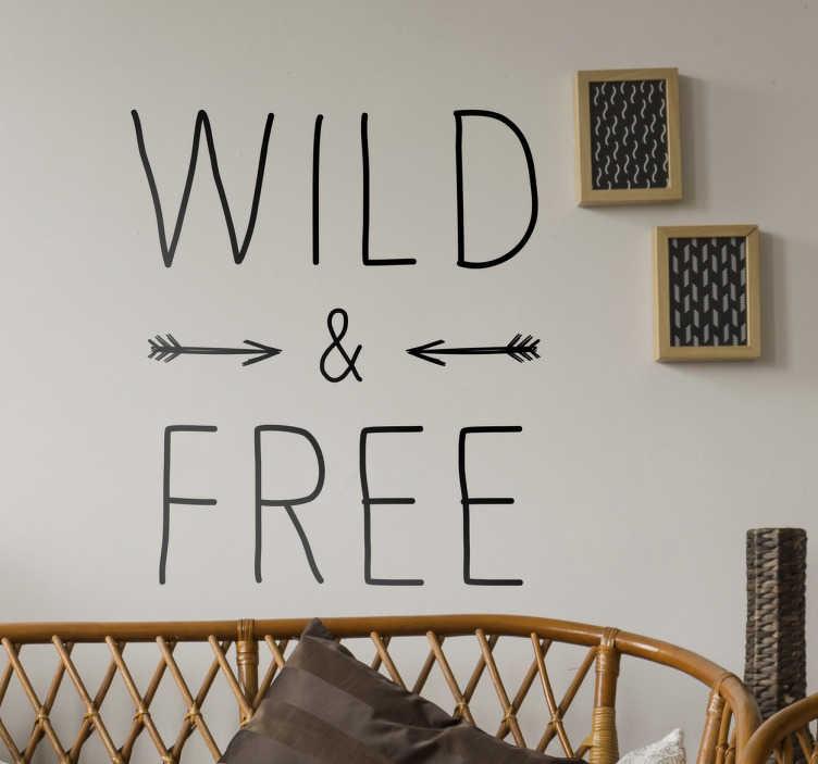 """TenStickers. Wandtattoo Spruch Wild and Free. Schönes Wandtattoo mit der Aufschrift """"Wild & Free"""" und zwei kleinen Pfeilen"""