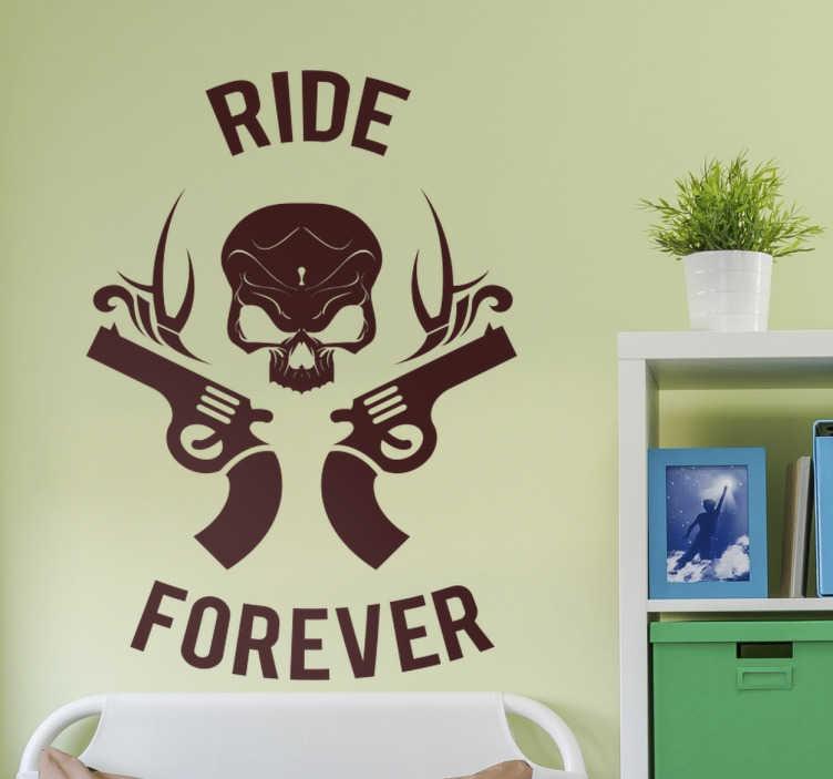 TenStickers. Muursticker ride forever. Deze muursticker heeft een afbeelding van een doodskop met twee revolvers rond zijn hoofd, en daarbij de tekst ´ride´en ´forever´.