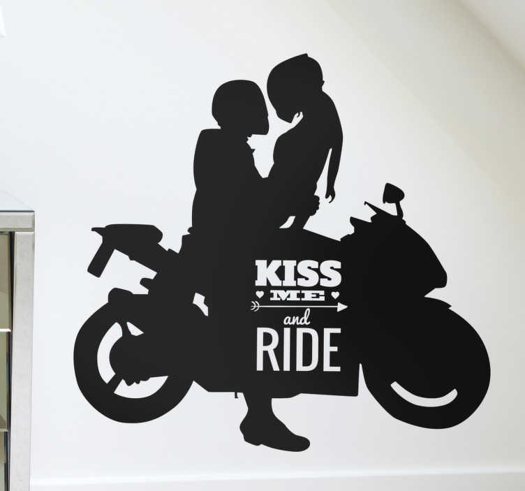 TenStickers. Naklejka motor kiss me and ride. Naklejka ściennaprzedstawiająca motocykl, siedzącą na nim parę oraz napis w języku angielskim ''kiss me and ride'' dla miłośników motocyklów