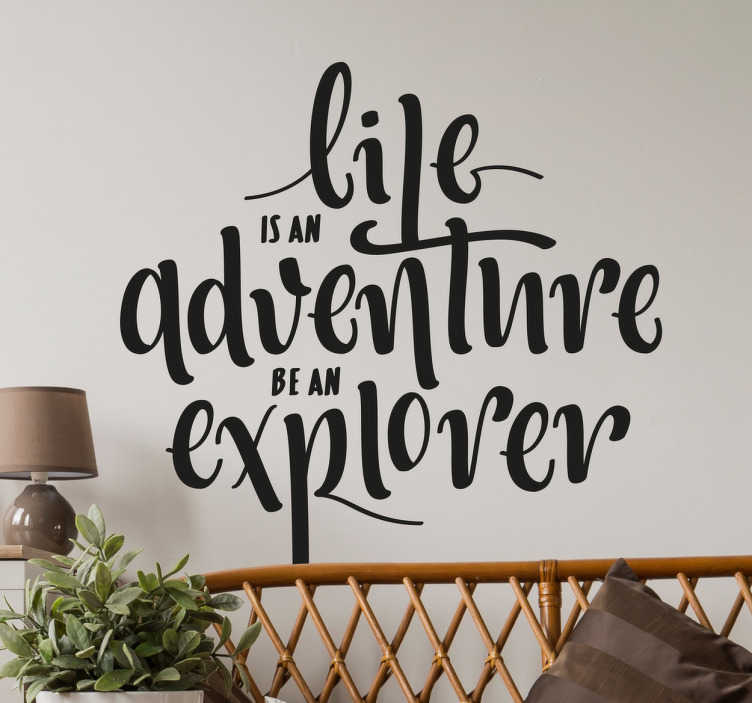 TenStickers. Muursticker tekst adventure. Deze muursticker heeft de Engelse tekst ´life is an adventure, be an explorer´ in een prachtig geïllustreerd lettertype.