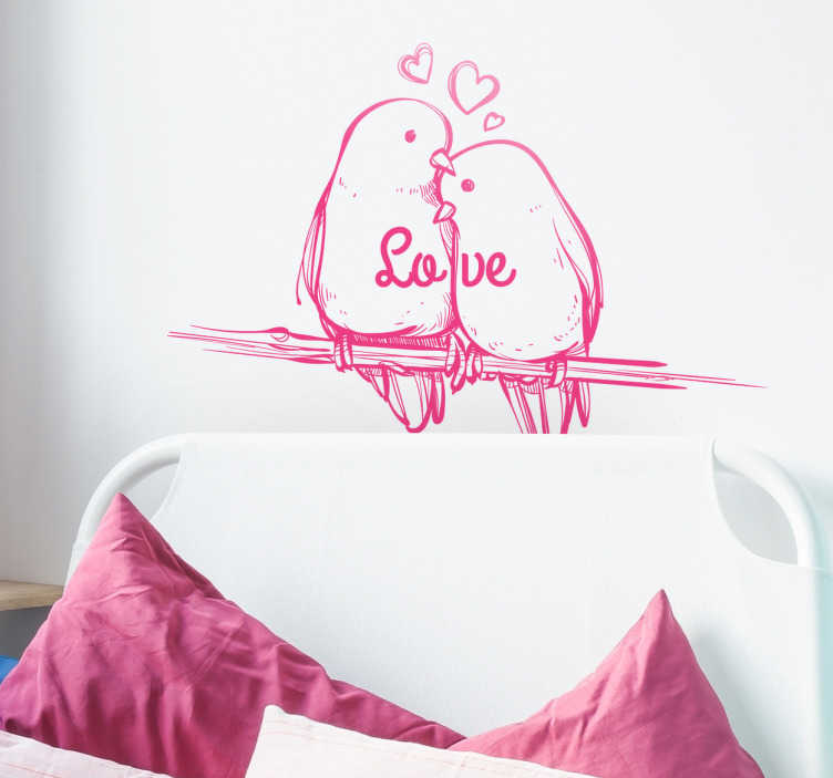 TenStickers. Sticker oiseaux love. Un sticker mural dessin représentant deux oiseaux amoureux sur une branche avec le texte 'love' et des cœurs. Promos Exclusives par email.