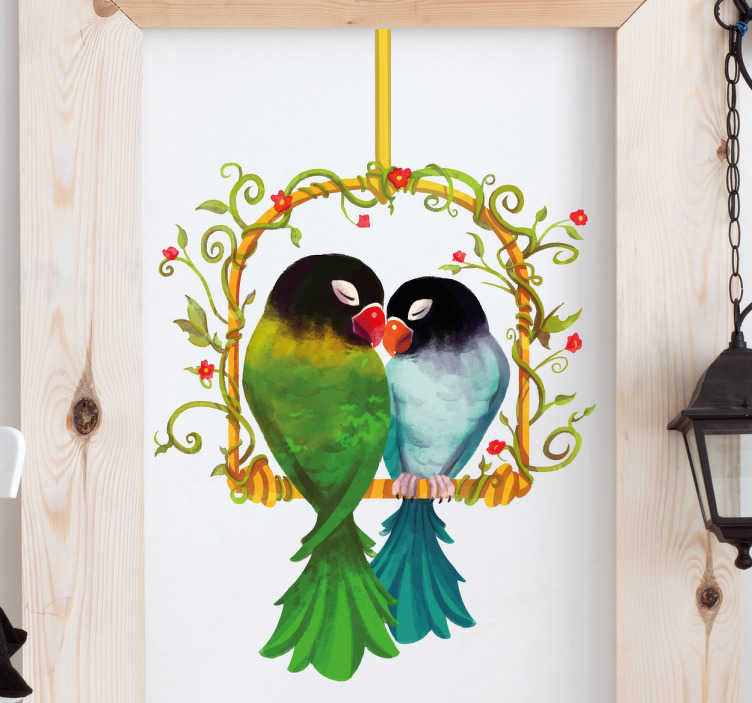 TenStickers. Naklejka na ścianę papużki nierozłączki. Romantyczna naklejka przedstawiająca papużki nierozłączki, siedzące razem na huśtawce. Naklejka idealna do każdego pomieszczenia w Twoim domu! Spersonalizowana naklejka – zamów wymarzony projekt!