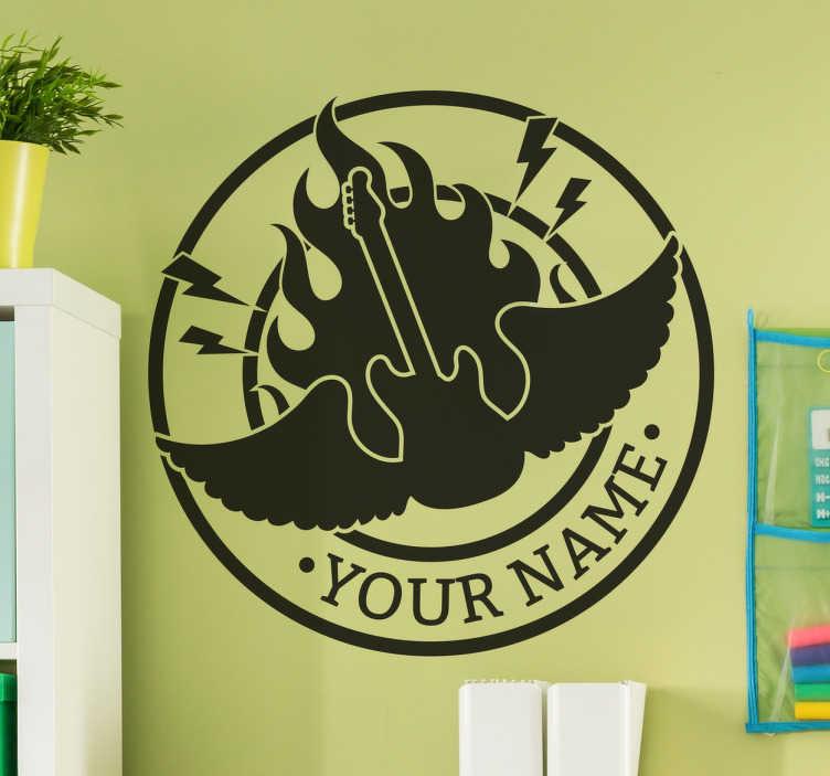 TenStickers. Naamsticker vlammende gitaar. Deze sticker heeft een cirkel met daarin een vlammende gitaar, met vleugels. Deze gitaar heeft vleugels