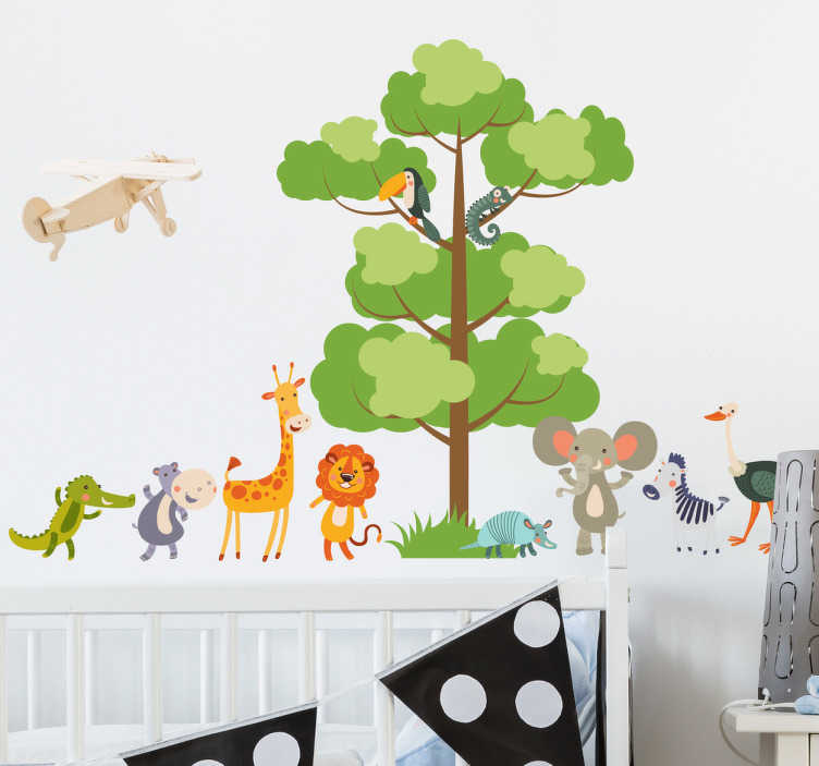 TenStickers. Muursticker boom en dieren. Deze sticker heeft een afbeelding van een boom, met daaronder verschillende diertjes die leuk met elkaar spelen.