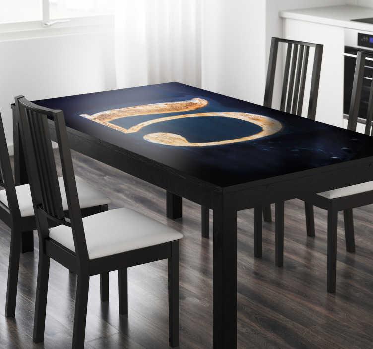 TenStickers. Sticker Ikea tafel nummer 5. De sticker bevat een magische afbeelding van een gouden grote vijf. De stickers zijn speciaal gemaakt voor IKEA tafels