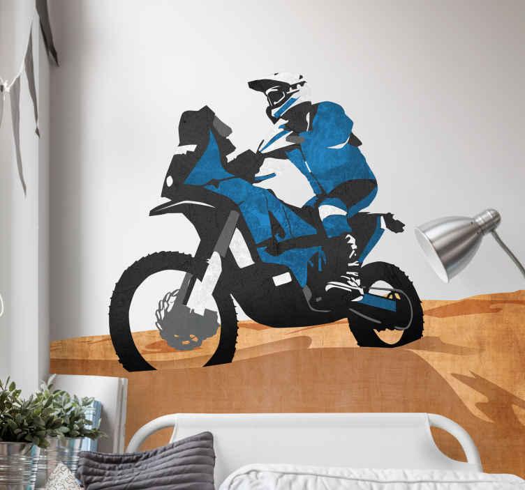 TenStickers. Muursticker Dakar motor. Deze muursticker heeft een afbeelding van een stoere Dakar racer op zijn motor in de woestijn. De sticker is zeer kleurrijke