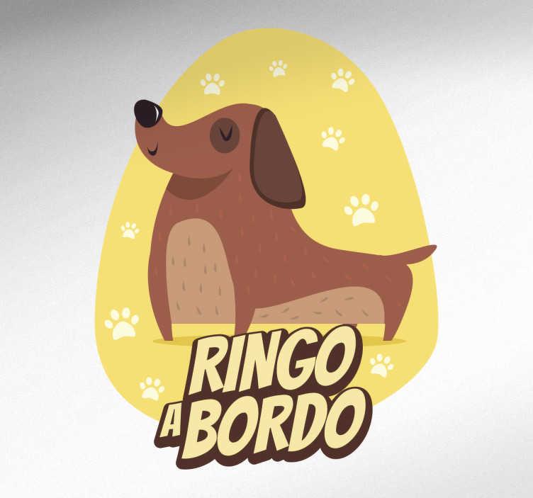"""TenStickers. Adesivo ringo a bordo. Adesivo per auto con il testo """"Ringo a bordo"""" sotto ad un divertente cane sorridente e felice."""