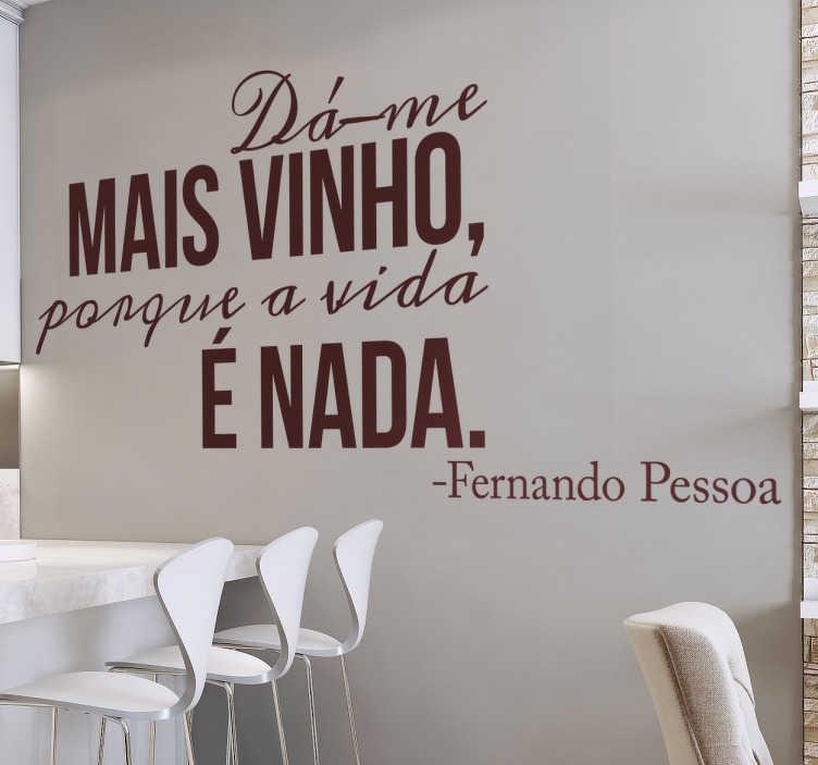 TenStickers. Autocolante frase vinho Pessoa. Vinil de texto Fernando Pessoa. Decora a tua cozinha com esta citação de Fernando Pessoa em vinil autocolante por um preço incrível.