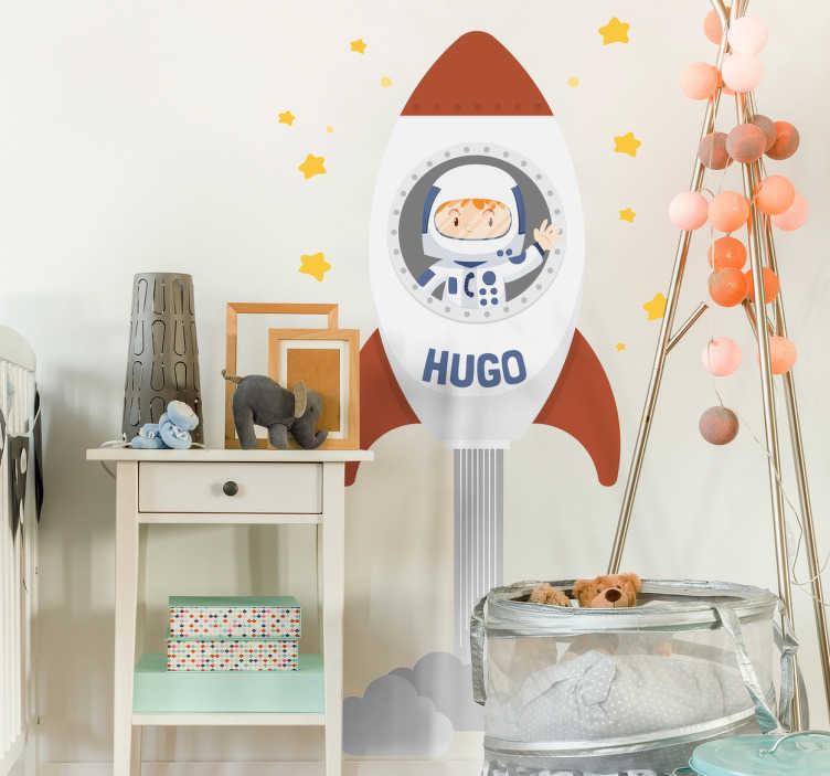 TenStickers. Muursticker personliseerbaar raket. Een sticker waarop je je eigen naam kunt zetten, waarin een jongetje in een raket zit.