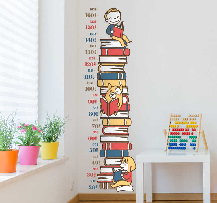 TenStickers. Adesivo per bambini libri metro. Adesivo murale per bambini con tanti libri colorati, uno sopra l'altro, bambini e animali che leggono e i centimetri per misurare l'altezza.